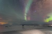 Jolie aurore boréale, rapide et dansante, sur la coline de Nuorgam (Finlande)