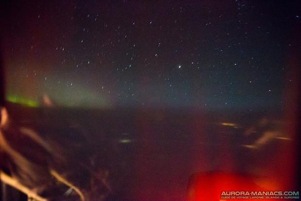 Petite aurore boréale légèrement visible depuis notre vol Stockholm > Kiruna