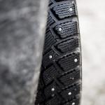 Pneus neige cloutés sur les routes de Laponie