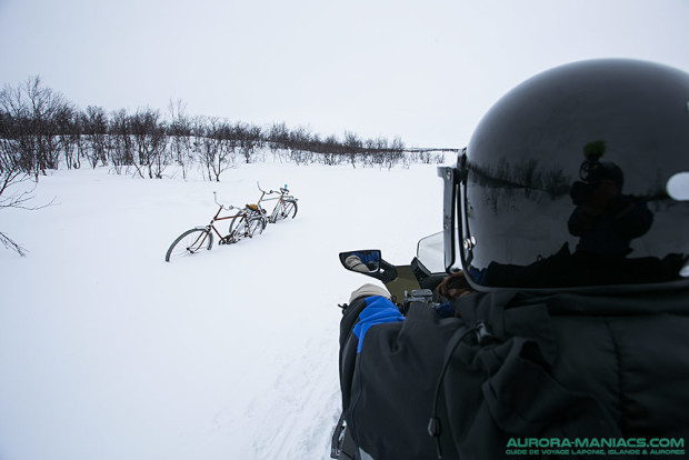 Perdus au bord d'une piste pour motoneiges, des vélos... ?!