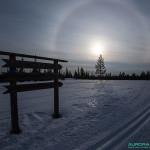 Cercle parhélique - halo créé par la réflexion des rayons du soleil sur et dans les cristaux de glace présent dans l'atmosphère.