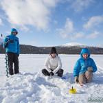 Pêche sur glace sur un lac Finlandais