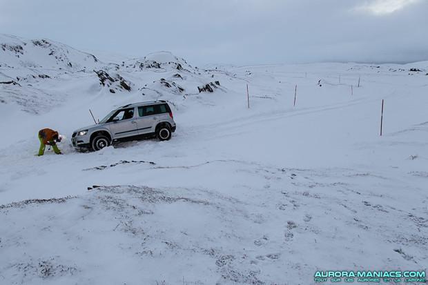 Voiture plantée dans la neige