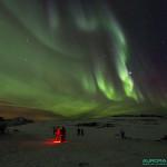Lampe frontale filtre rouge de nuit sous aurores boreales