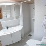 Belle salle de bain, claire et propre - Hetan Majatalo