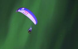 VIDEO - Horacio Llorens vole en parapente sous une aurore boréale